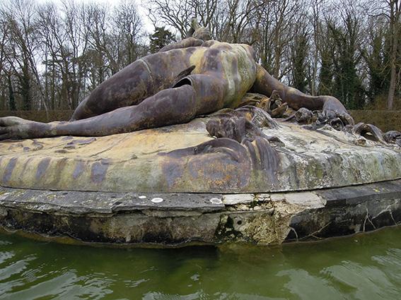 Sculpture des Tritons en mauvais état
